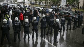Policiais durante protesto em Bruxelas (Foto: Thierry Roge/AFP/Getty Images)