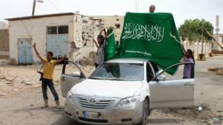 Повстанцы поднимают флаг Саудовской аравии