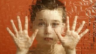 Un niño detrás de un cristal