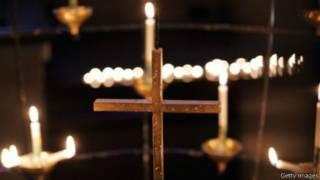 Velas encendidas de una iglesia