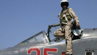 Phi công Nga với chiếc SU-25M tại căn cứ Hmeimim ở Syria