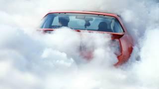 Carro en medio de humo