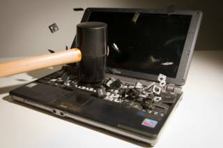 Удар молотком по ноутбуку