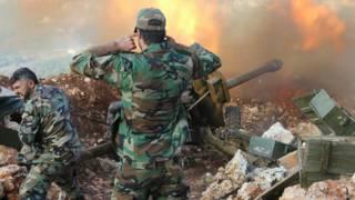 Солдаты сирийской армии ведут огонь из орудия
