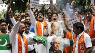 नई दिल्ली में पाकिस्तान के ख़िलाफ़ प्रदर्शन करते शिव सैनिक