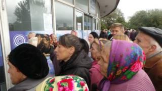 В Донецке пенсионеры стоят в очереди