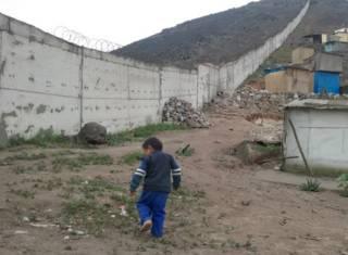 El polémico muro que separa a ricos y pobres en Lima