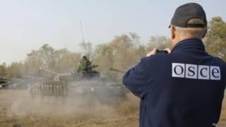 Представник ОБСЄ фотографує танки самопроголошеної ЛНР