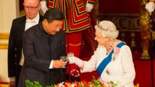 中国国家主席习近平与英国女王伊丽莎白二世在白金汉宫国宴上互相敬酒。