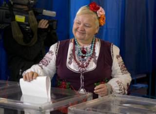 Женщина у избирательной урны