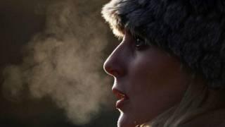 Женщина в меховой шапке