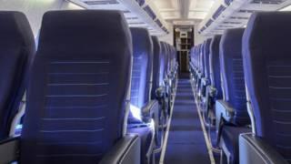 Проход между креслами в авиалайнере