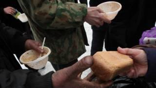 Раздача продуктов бездомным