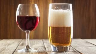 Бокал вина и стакан пива