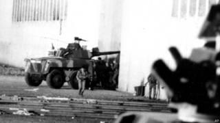 Tanqueta entra al Palacio de Justicia