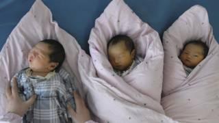 中國宣佈實施新的「全面二孩」政策,但新政落地還有一段距離。