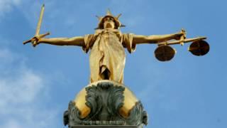 Статуя Фемиды на крыше здания суда
