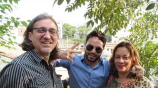 Abdo entre os amigos brasileiros (Foto: José Paulo Lanyi/BBC Brasil)