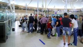 سياح يصطفون في مطار شرم الشيخ