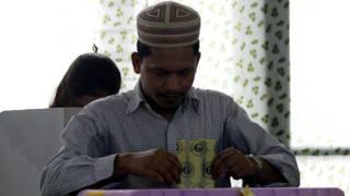 Birmano votando