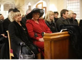 смех на похоронах