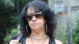 La escritora brasileña Raquel de Oliveira en una favela de Río de Janeiro