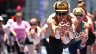 Hombres y mujeres practicando Bikram o hot yoga en las calles de Nueva York
