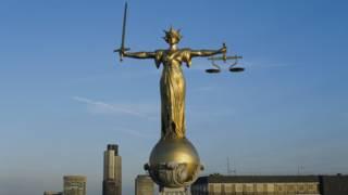 Статуя на крыше здания суда в Лондоне