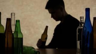 Пьяный и бутылки