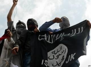 Демонстранты с флагом ИГ