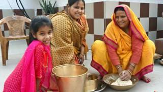 बेटी मीसा भारती के साथ छठ की तैयारी करतीं बिहार की पूर्व मुख्यमंत्री राबड़ी देवी.