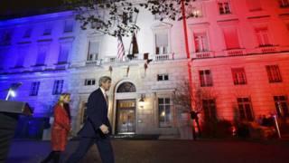 Ataques em Paris: Kerry chama 'EI' de 'monstros psicopatas'; França faz novos bombardeios
