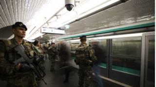 Французские солдаты патрулирют станцию метро в Париже