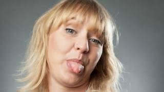 Una mujer sacando la lengua