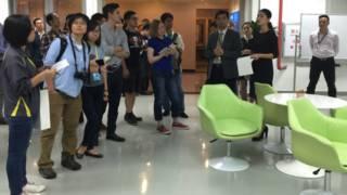 广东工业大学王勇向记者团介绍华南设计创新院相关情况