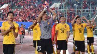 广州恒大淘宝球员在日本大阪亚冠杯赛事结束后向球迷挥手致意(21/10/2015/2015)