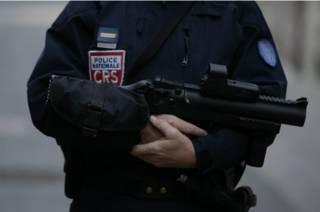 Полицейский с автоматом