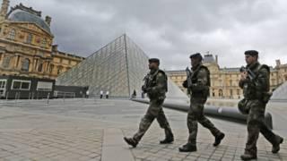 Французские солдаты патрулирют площадку перед Лувром, Париж