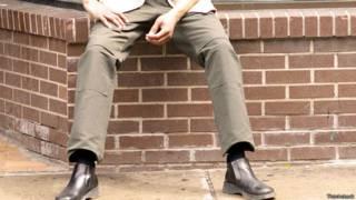 Сидящий на кирпичной кладке