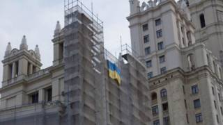 Флаг Украины свисает со строительных лесов