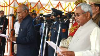 मुख्यमंत्री पद की शपथ लेते नीतीश कुमार.