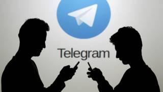 رجلان أمام شعار تليغرام