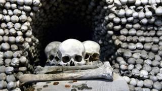 Человеческие кости и черепа в часовне