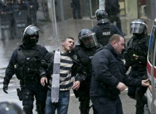 Задержание участника столкновений с полицией в Приштине 28 ноября 2015 г.