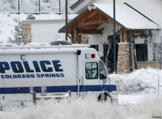 Полицейский автомобиль у входа клинику Planned Parenthood в Колорадо-Спрингс
