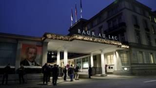 周四凌晨守在苏黎世巴尔拉克酒店门前的媒体记者