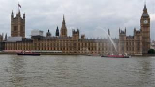 """كيف أعيدت الحياة إلى نهر """"التايمز"""" البريطاني"""