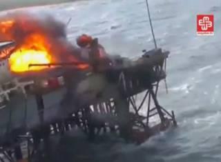 Кадр из видеозаписи пожара на нефтедобывающей платформе в Каспийском море