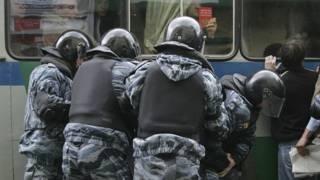 Российская полиция задерживает активистов оппозиции