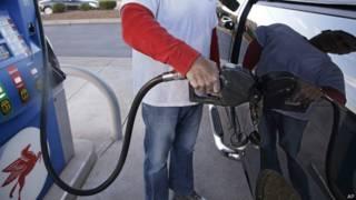 Consumidor llena tanque de gasolina